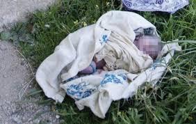 image d'archive d'un bébé abandonné découvert au stade de l'amitié