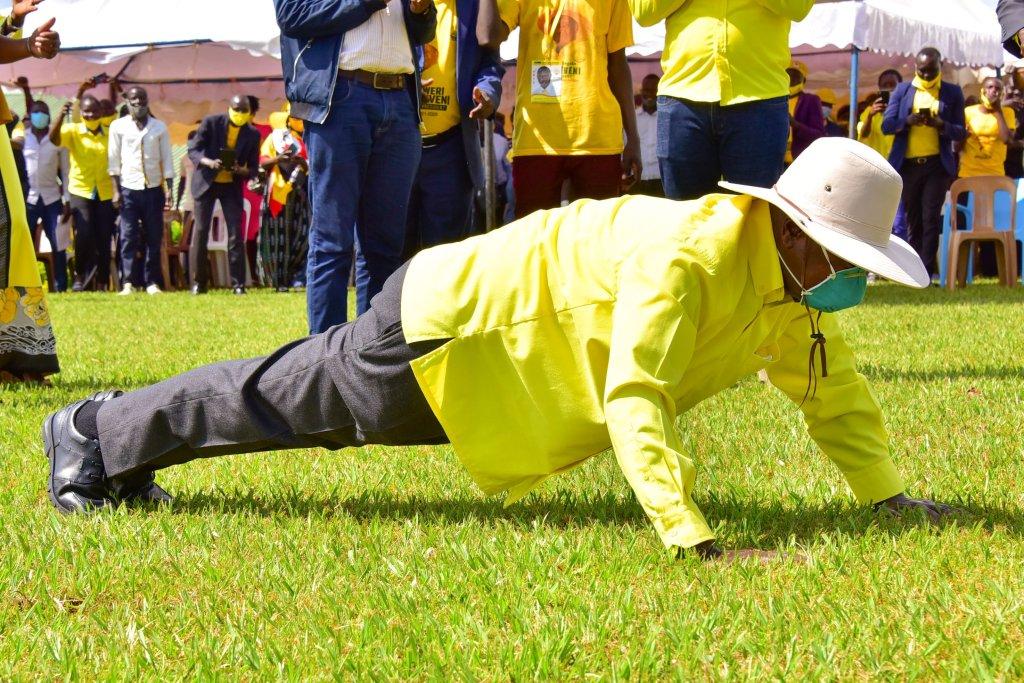 A 76 ans et au pouvoir depuis 1986, Yoweri Museveni rassure de sa parfaite condition physique : il fait des pompes en pleine campagne électorale