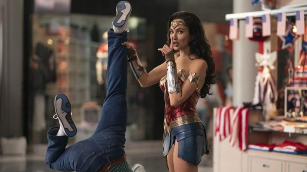 Une femme piège un voleur avec une pipe