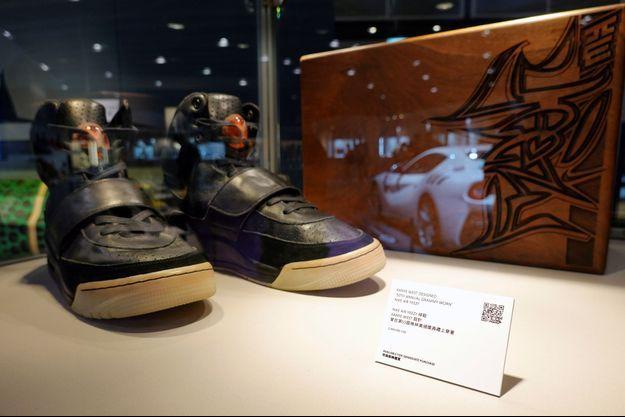 Une paire de baskets Nike Air Yeezy 1 de Kanye West vendues 1,8 million de dollars,