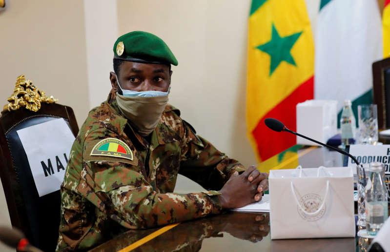 Mali: Le colonel Goïta prête serment comme président de transition