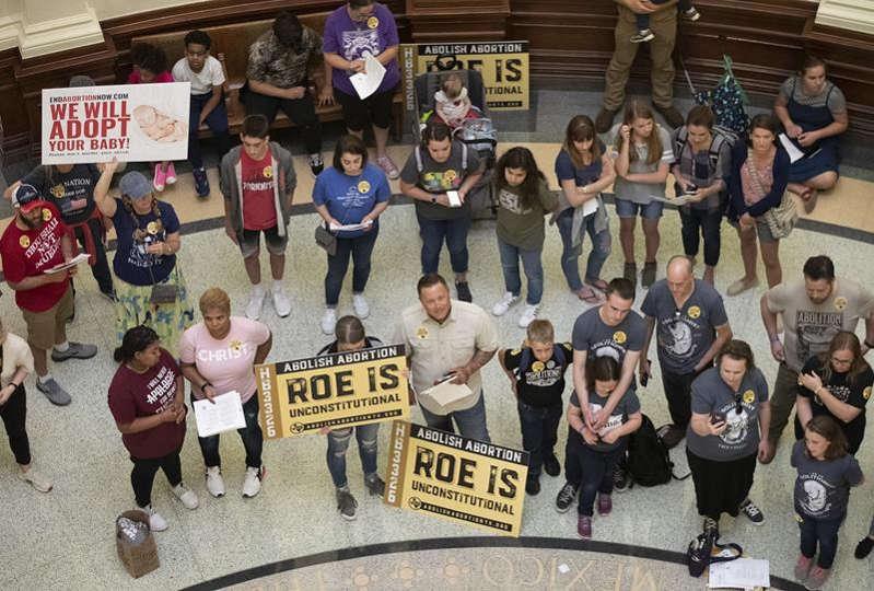 Le gouverneur du Texas signe une loi qui interdit l'avortement après six semaines