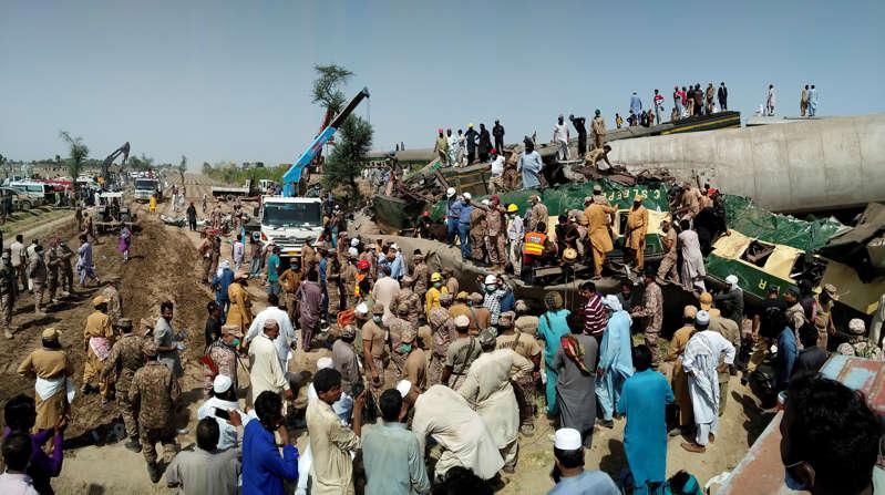Pakistan: Une collision entre deux trains fait au moins 36 morts