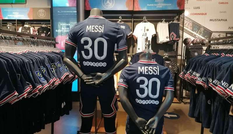 Messi au PSG : des centaines de fans font la queue sur les Champs-Elysées pour s'offrir le maillot de la star
